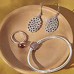 手链、戒指和其它首饰