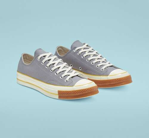 灰蓝色低帮帆布鞋