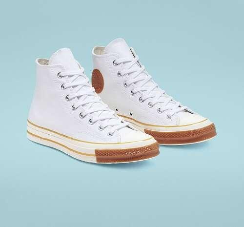白色高帮帆布鞋