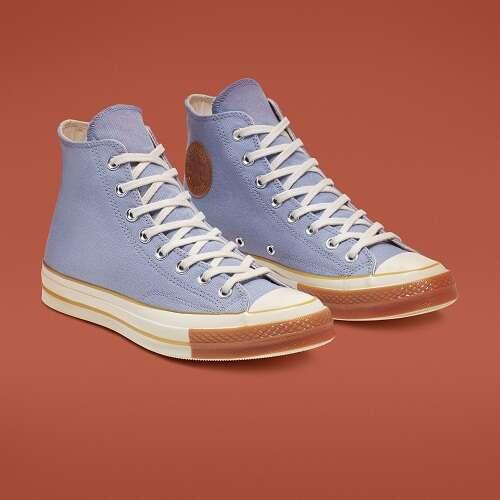 蓝色高帮帆布鞋